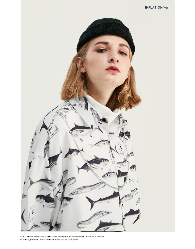 魚シャツを着て黒い帽子を被った女性
