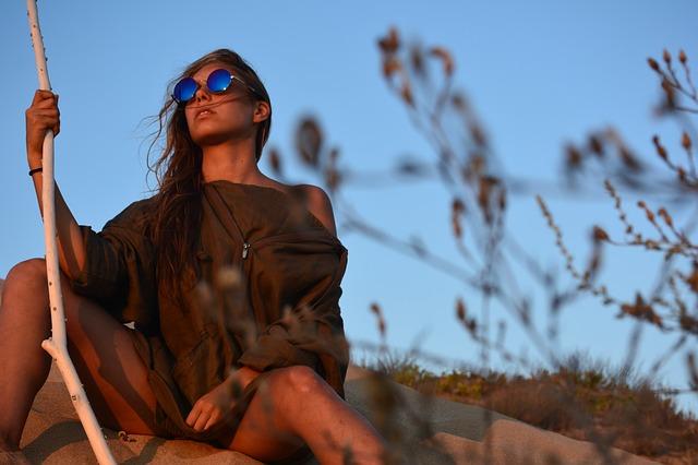 荒野でサングラスをかけて佇む女性