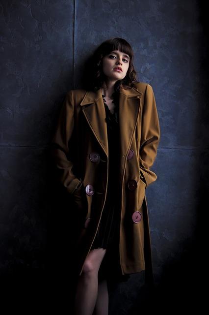 Pコートを着た女性