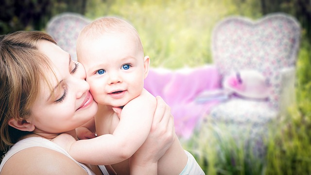ママと赤ちゃんが笑っている