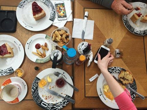 間食をする女性のテーブル