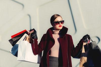 沢山の買い物袋を持った女性