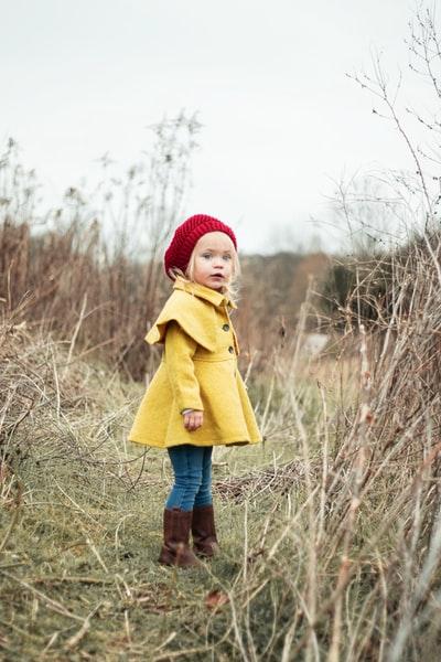 黄色いコートを着た少女
