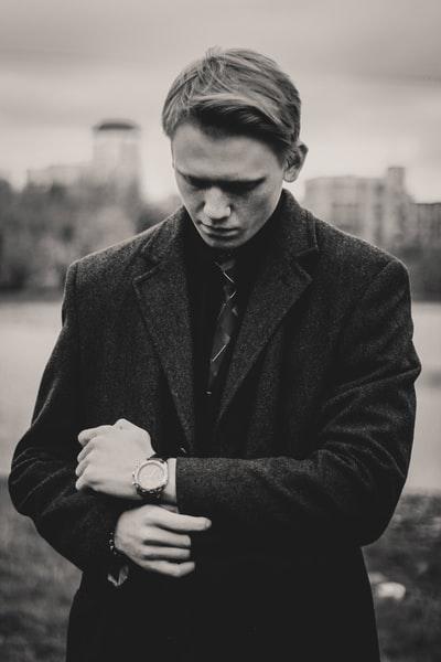 ジャケットを着た男性のモノクロ写真