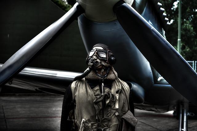 プロペラ機の前で佇む軍人